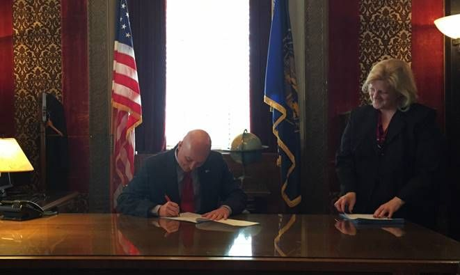 Ricketts approves bill to encourage organ donations