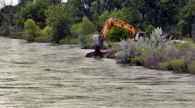 City of Gering takes proactive steps to prevent river bank erosion around water pipe from Scottsbluff. (Strang/RRN/KNEB)