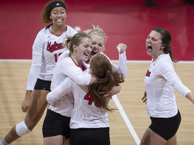 Huskers sweep 3rd ranked Gophers