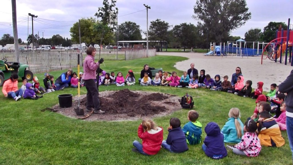 Scottsbluff Preschoolers learn about tree planting Friday