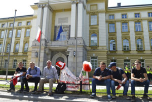 Farmers' protest blocks traffic on major artery into Warsaw