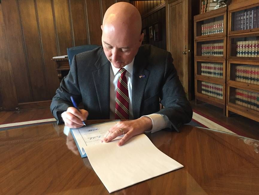 Gov. Ricketts signs Airbnb bill