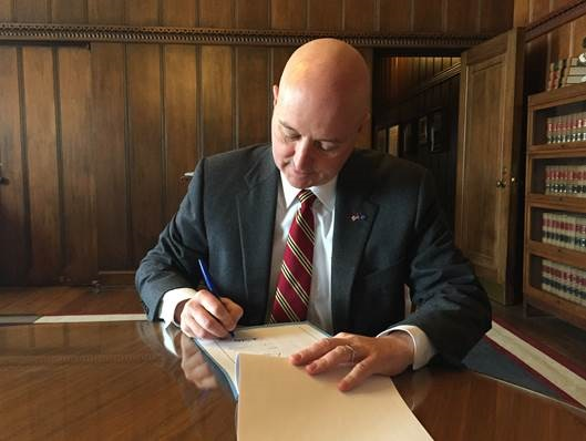 Ricketts vetoes sales tax bill to pay 'Beatrice Six' debt