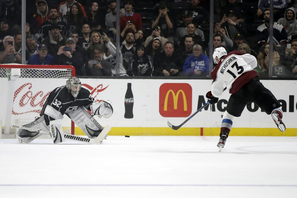 Kings extend win streak to 6, Avs' McKinnon injured